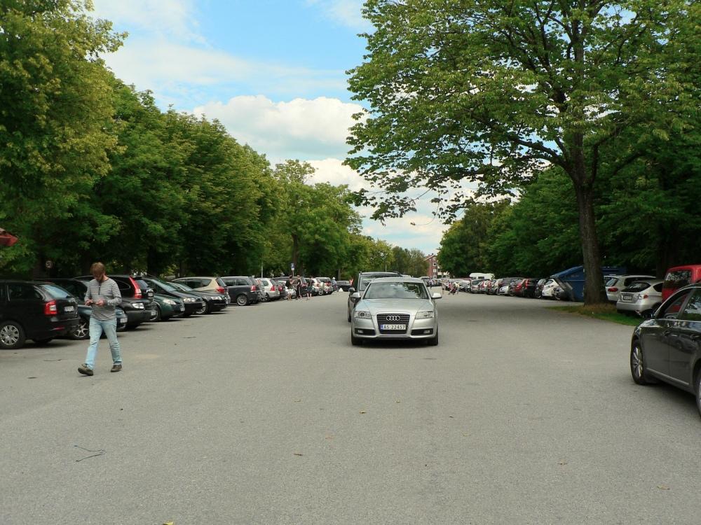 Tidlig lørdag ettermiddag er det fullt ved parkeringsplassen ved Heibergsgate - Torsnesveien.